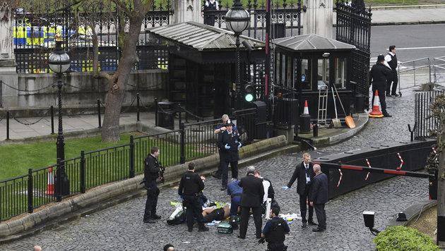 Schwerverletzte werden beim Eingangstor zum Parlamentsgelände verarztet. (Bild: AP)
