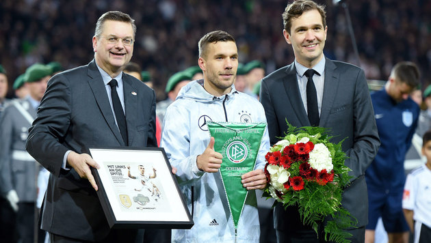 DFB-Boss Reinhard Grindel, Lukas Podolski und DFB-General Friedrich Curtius (Bild: GEPA pictures)