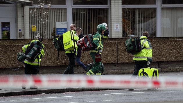 Rettungskräfte müssen sich um Dutzende Verletzte kümmern. (Bild: AP)