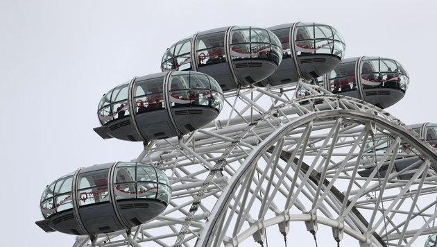Der Betrieb des London Eye ist eingestellt, Passagiere sind in den Gondeln gefangen. (Bild: ASSOCIATED PRESS)