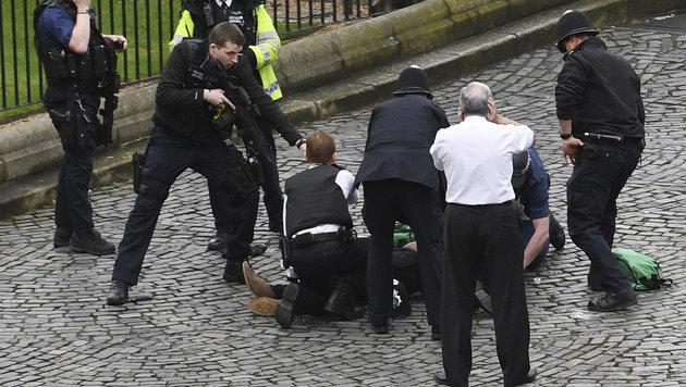 Schnappschuss von der Festnahme des Terrorverdächtigen (Bild: AP)