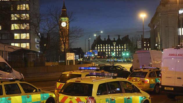 Auch am Abend waren die Straßen rund um das Parlament mit Einsatzfahrzeugen gesäumt (Bild: AFP)