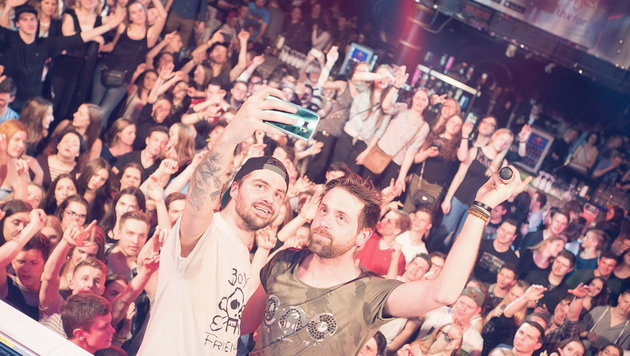 Ein Selfie muss sein! David Eichtinger und Marco Wagner (l.). (Bild: Nachtleben/Fustmedia.de Oleg Fust)