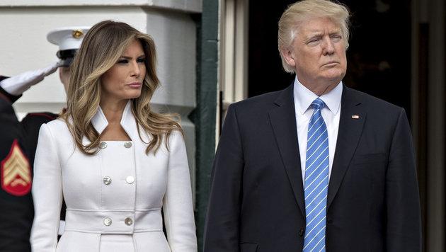 Melania und Donald Trump warten vor dem Weißen Haus auf einen Staatsgast. (Bild: Viennareport)