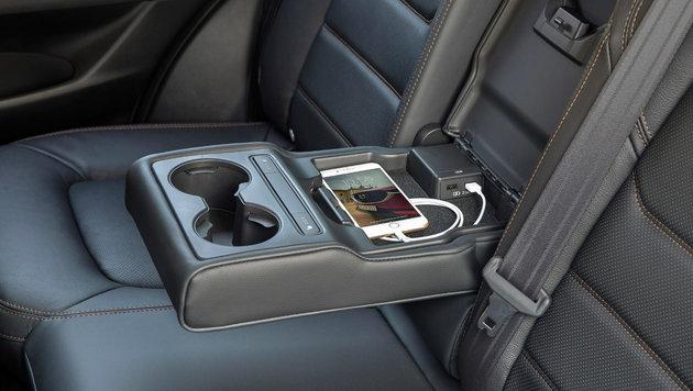 Für die Rückbank gibt es Sitzheizung und zwei USB-Ports. (Bild: Mazda)