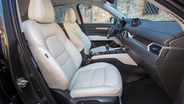 In der Topausstattung sind schwarze Ledersitze serienmäßig. Weiße kosten 200 Euro extra. (Bild: Mazda)