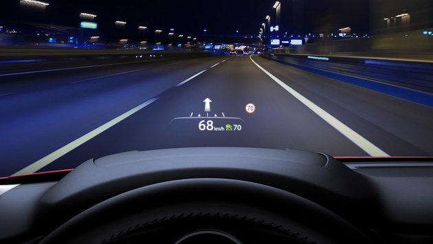In der Topversion werden die Infos in die Windschutzscheibe gespiegelt. (Bild: Mazda)