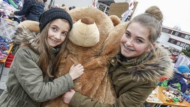 Geschwisterliebe: Magdalena (13) kaufte ihrer Schwester Theresia (9) einen lebensgroßen Teddy. (Bild: Markus Tschepp)