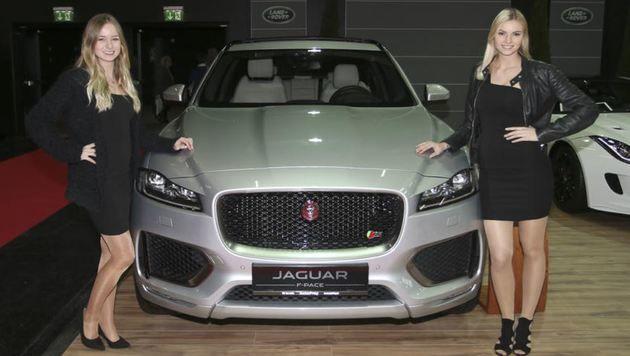 Nina, Sonja und der Jaguar F-PACE, der seit dem Vorjahr in der Liga der Luxus-SUVs kräftig mitmischt (Bild: Andreas Tröster)