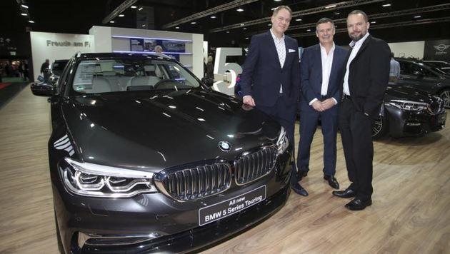 Messezentrum-Chef M. Wagner, Frey-GF J. Roider, W. Baumgartner & der 5er-Touring-BMW made in Austria (Bild: Markus Tschepp)