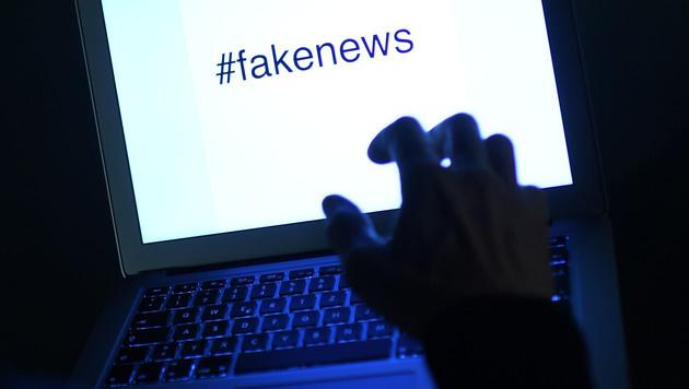Fake News: Facebook löscht Zehntausende Konten (Bild: APA/HELMUT FOHRINGER)