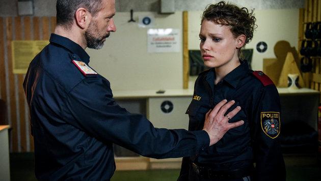 Als erbarmungsloser Ausbildner treibt Simon Hatzl nicht nur mit Katja Humbold sein Unwesen. (Bild: ORF)