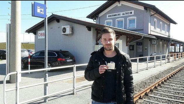Bernhard Wurzer (22) mit seinem (un-)gültigen Zugticket (Bild: Krone)