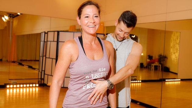 Monica Weinzettl tanzt mit Florian Gschaider. (Bild: ORF)