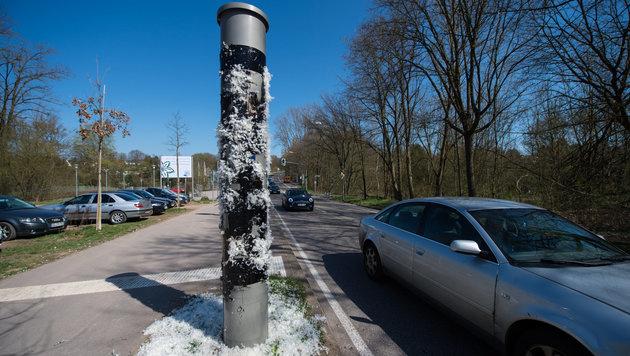 Die Radarfalle im Bundesland Saarbrücken wurde geteert und gefedert. (Bild: dpa/Oliver Dietze)