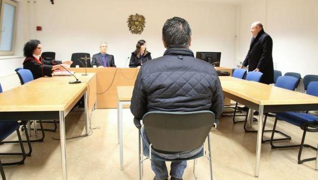 Der angeklagte Ex-Pfleger Sasa R. (44) wies vor der Richterin die Vorwürfe zurück. (Bild: Neumayr/SB)