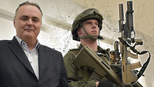 Verteidigungsminister Doskozil ist stolz auf die neue Ausrüstung für seine Soldaten. (Bild: APA/HANS PUNZ, Bundesheer)