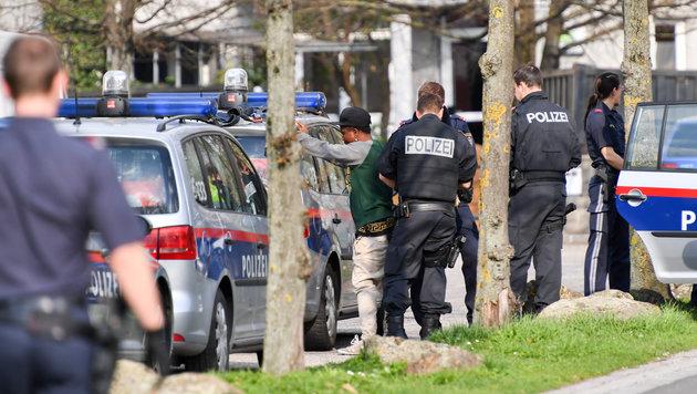 Beinahe täglich führt die Polizei Drogenrazzien an Hotspots, wie hier in der Kremplstraße, durch. (Bild: Harald Dostal     4030 Linz)