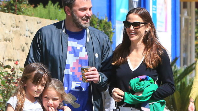 Ben Affleck wirkt beim Spaziergang mit Jennifer Garner und den Töchtern gelöst und fröhlich. (Bild: Viennareport)