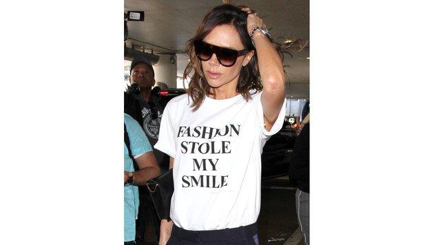 """Victoria Beckham in einem T-Shirt mit der Aufschrift: """"Die Mode hat mein Lächeln gestohlen."""" (Bild: Viennareport)"""