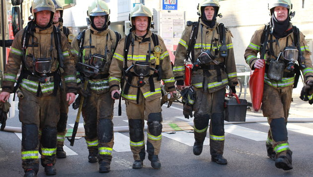 Insgesamt 35 Linzer Feuerwehrmänner bekämpften das Feuer in dem Linzer Jugendstilhaus (Bild: Kronen Zeitung)