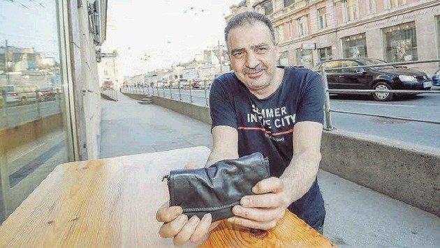 """Christos Maios mit  seiner Kellnerbrieftasche: """"Das wäre ein schlimmer Verlust gewesen."""" (Bild: Markus Tschepp)"""