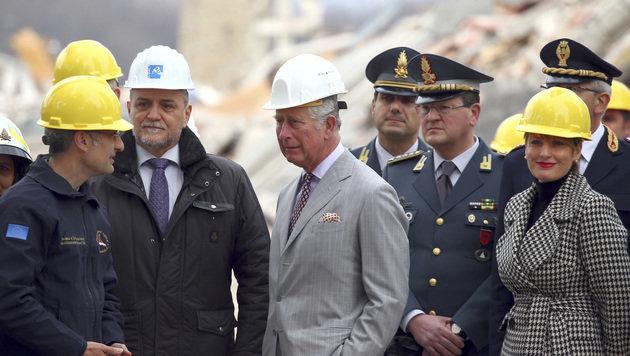 Prinz Charles besucht Erdbebenstadt in Italien (Bild: Associated Press)