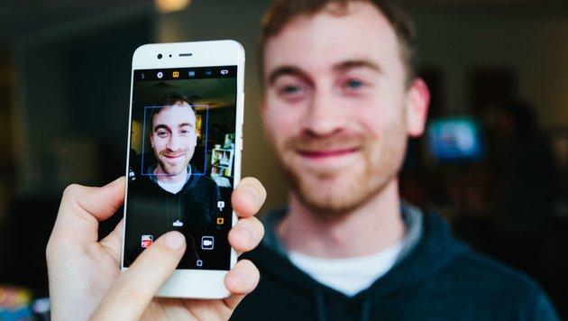 Bei Gruppenbildern springt das Smartphone direkt in den Weitwinkelmodus. (Bild: Huawei)