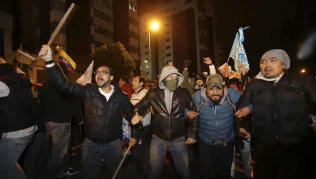 Die Opposition hat das Ergebnis angefochten, Lasso-Unterstützer gingen nach der Wahl auf die Straße. (Bild: AP)