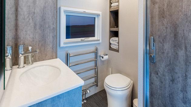 Auch das Bad ist für Reisemobilverhältnisse ungemein komfortabel. (Bild: Magellano)