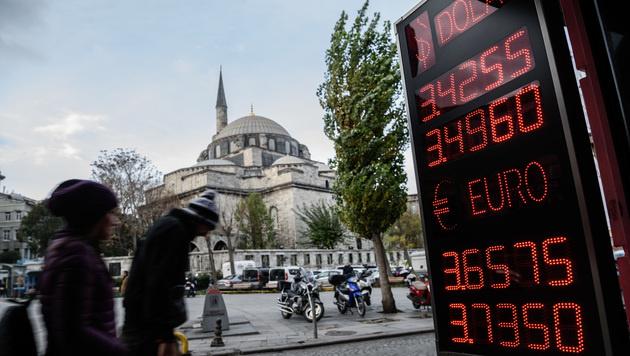 Die türkische Lira fiel zuletzt auf einen Tiefststand. (Bild: AFP)