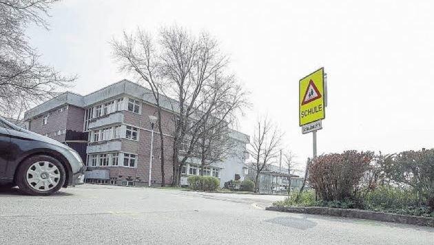 Vor einer Wiese beim Grödiger Schulzentrum (rechts, vorne) spielten sich die filmreifen Szenen ab. (Bild: Markus Tschepp)