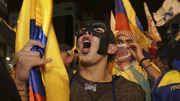 Anhänger des Oppositionskandidaten Guillermo Lasso gehen gegen Moreno auf die Straße. (Bild: AP)