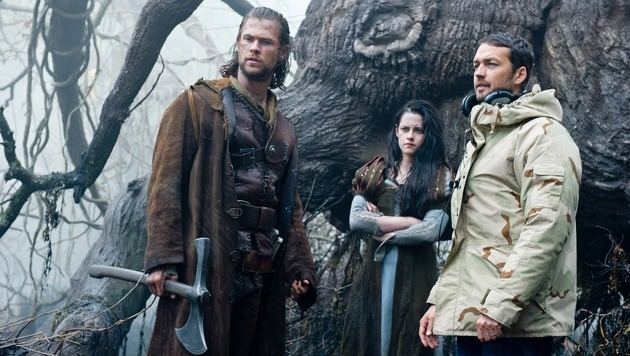"""Kristen Stewart mit Rupert Sanders (rechts) und Chris Hemsworth am Set von """"Snow White"""" (Bild: CapFSD/face to face)"""