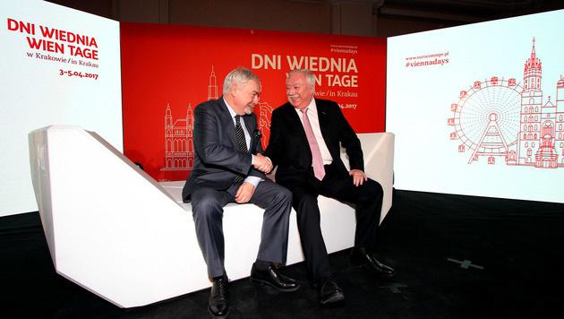 Wiens Bürgermeister Michael Häupl überreichte der Stadt Krakau die Enzis. (Bild: Eurocomm-PR)