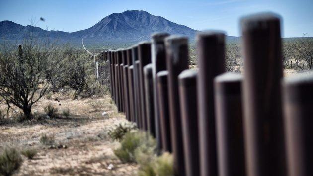 An der Grenze gibt es auch natürliche Hindernisse wie Flüsse und Gebirge. (Bild: AFP)