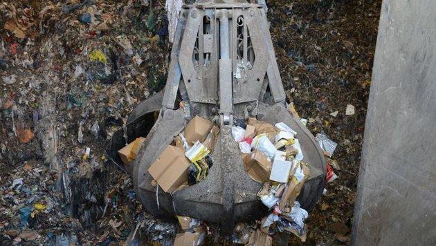 Vernichtung der gefälschten Produkte in der Müllverbrennungsanlage Pfaffenau (Bild: BMF/Hradil)