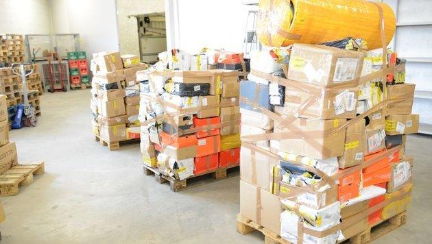 Aufgegriffene Pakete mit gefälschten Produkten, die zur Vernichtung vorbereitet werden (Bild: BMF/Hradil)
