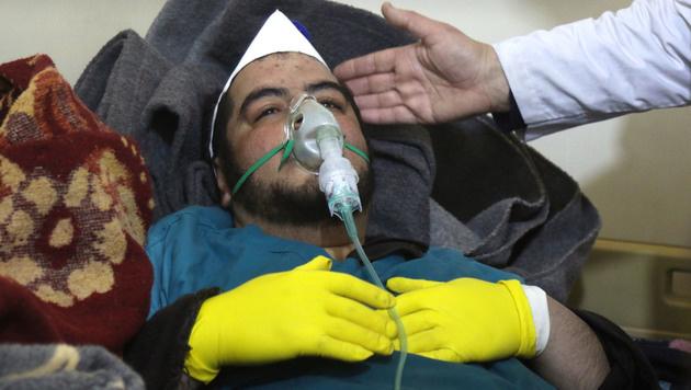 Dieser Mann hat den Giftgasangriff überlebt. (Bild: AFP)