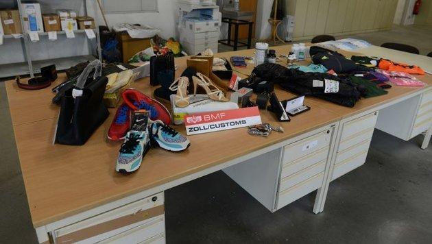 Eine Auswahl vom Zoll aufgegriffener gefälschter Produkte (Bild: BMF/Hradil)