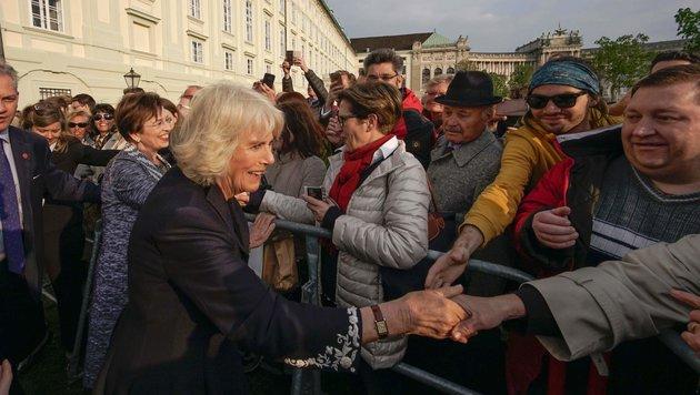 Camilla begrüßt Menschenmenge (Bild: AFP)