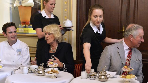 Natürlich gab's für Charles und Camilla auch süße Köstlichkeiten im Demel. (Bild: APA/HERBERT PFARRHOFER)
