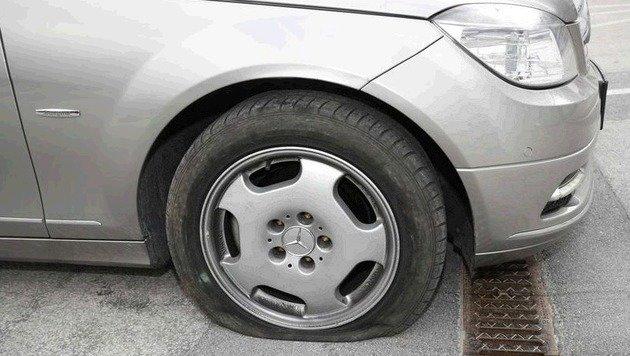 In diesen Reifen schoss ein Polizist, die Patrone ist noch drin. (Bild: Markus Tschepp)