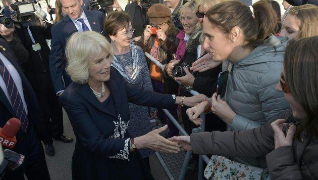 Camilla begrüßt Menschenmenge (Bild: APA, HANS PUNZ)
