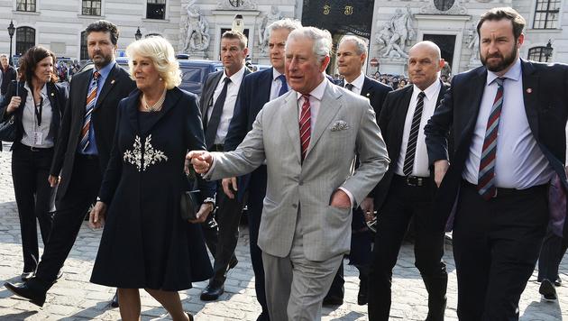 Camilla und Charles auf dem Weg zu Bundeskanzler Kern (Bild: APA/HERBERT PFARRHOFER)