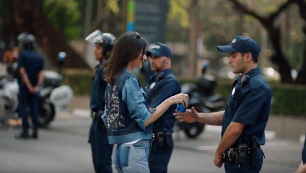 Kendall Jenner überreicht Polizisten Pepsi (Bild: Pepsi)