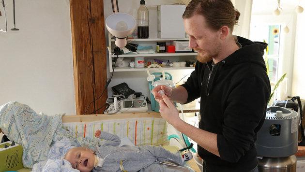 Papa Lukas Plescher sorgt für seinen Sohn. (Bild: Gerhard Wenzel)