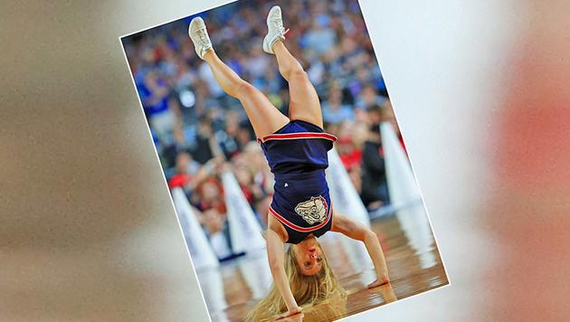 Ganz schön gelenkig! Diese Cheerleader-Dame der Gonzaga Bulldogs steht - buchstäblich - Kopf. (Bild: GETTY IMAGES NORTH AMERICA)