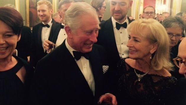 """""""Satansreporterin"""" Dagi Koller hat es geschafft: Prinz Charles gestattete ein gemeinsames Foto. (Bild: privat)"""