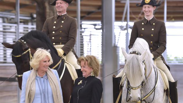 Camilla mit Hofreitschul-Generaldirektorin Elisabeth Gürtler (Bild: APA/HANS PUNZ)